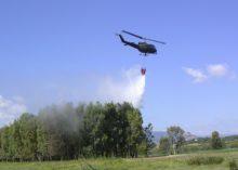 Gli elicotteri dell'Esercito intervengono nel cosentino e nel catanzarese per contrastare gli incendi.