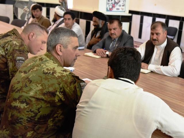 AFGHANISTAN: MILITARI ITALIANI DONANO ATTREZZATURE SCOLASTICHE
