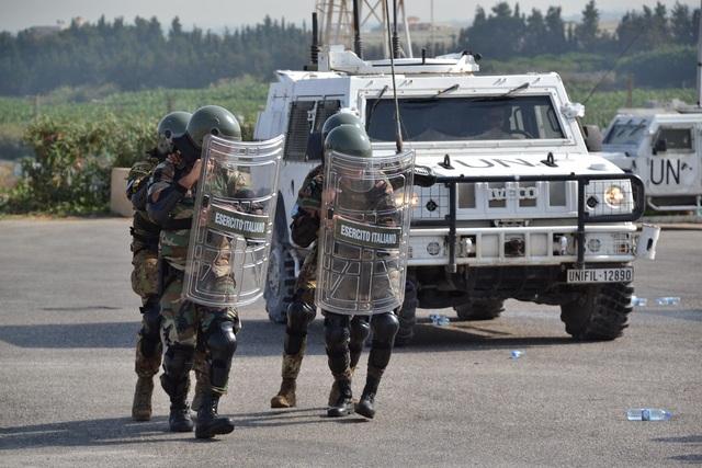 LIBANO – I MILITARI ITALIANI DI UNIFIL ADDESTRANO LE FORZE ARMATE LIBANESI SULLE TECNICHE E PROCEDURE DI CONTROLLO DELLA FOLLA