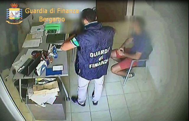 GDF BERGAMO: SGOMINATA ASSOCIAZIONE PER DELINQUERE DEDITA ALL'EMISSIONE DI FOI E RICICLAGGIO