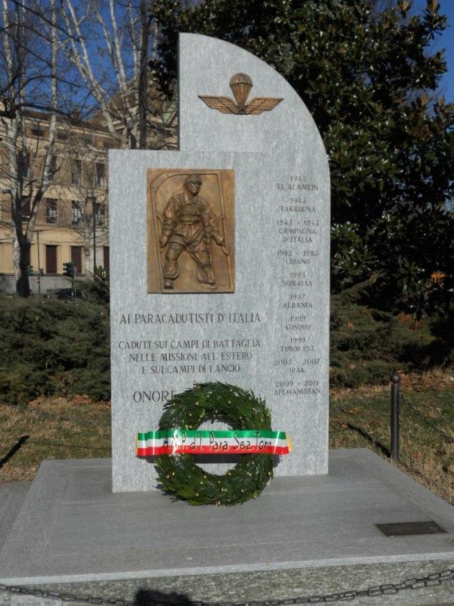 Deposta la Corona d'Alloro al Monumento dei Paracadutisti d'Italia.