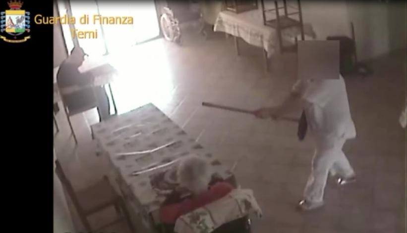 Anziani maltrattati ed insultati in casa di riposo: La Finanza arresta 4 persone