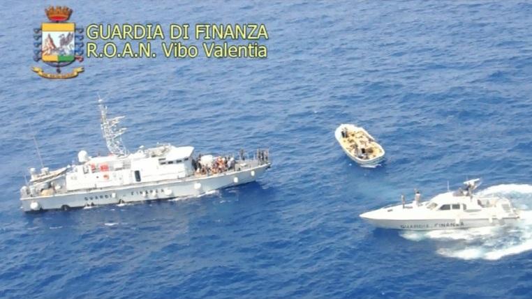 Guardia di Finanza : Fermo di un barcone a motore con 53 migranti al largo delle coste Calabresi del Crotonese.