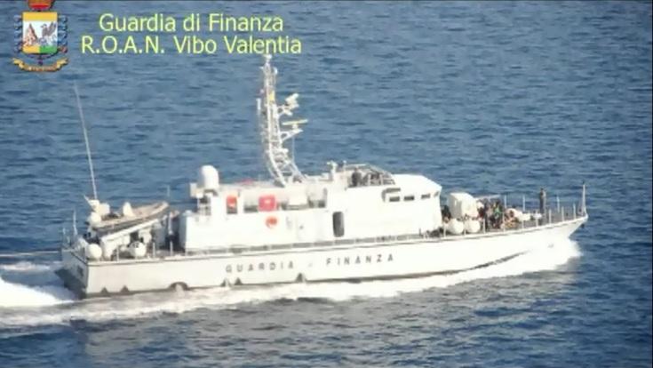 Fermo di un peschereccio con a bordo 102 migranti al largo delle coste calabresi tra Roccella Jonica e Crotone.