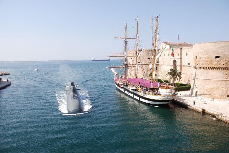 Nave Palinuro 'presa d'assalto' dai visitatori