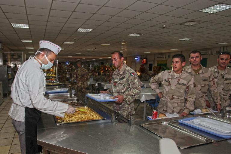 06. distribuzione pasti presso la mensa di 'Camp Arena'