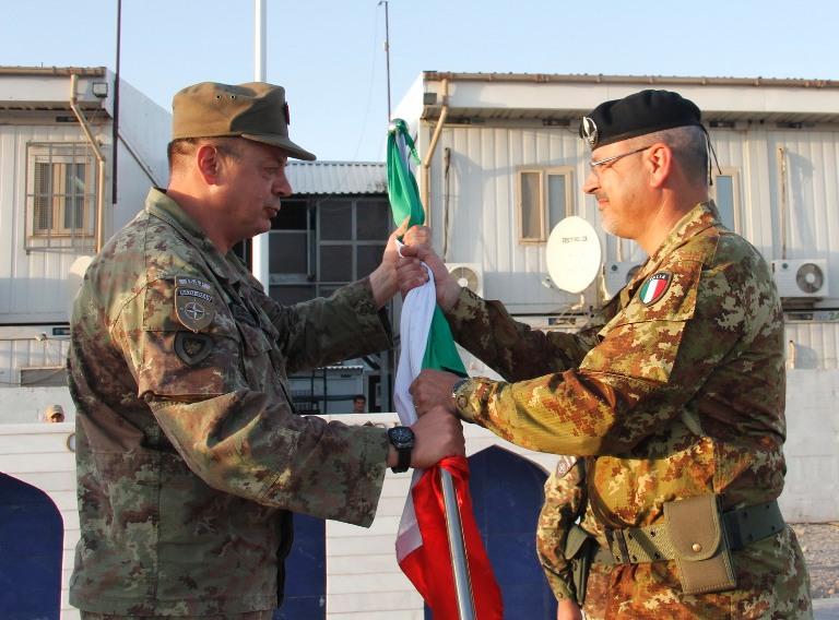 13. il generale Gamba consegna al colonnello Sciosci la bandiera di ITALFOR