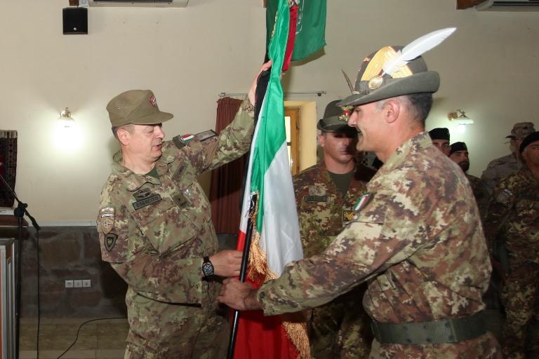 14. il colonnello Fioretto cede la bandiera della TF 'Genio' al generale Gamba