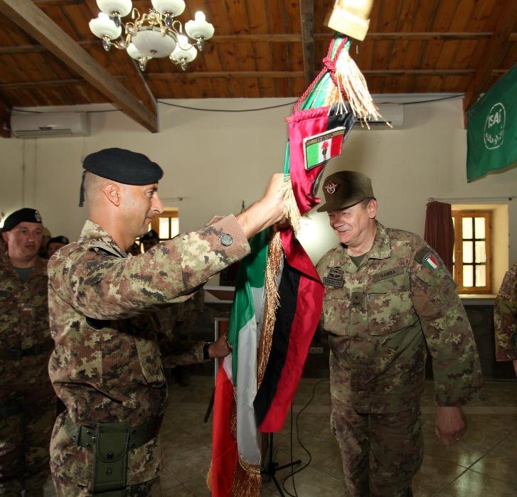 15. il generale Gamba consegna la bandiera della TF 'Genio' al nuovo comandante, colonnello Pisciotta
