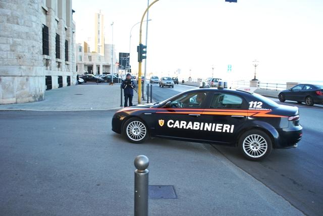 Bari – Sequestrate pistole, lampeggianti blu e palette segnaletiche in un officina di Bari. Un arresto ed una denuncia.