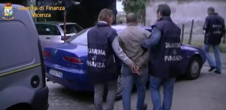 Sgominato un sodalizio criminale di spacciatori : 13 persone arrestate 21 indagati accertato lo spaccio di 50 chili di droga in 3.000 cessioni per un volume d'affari illecito di oltre un milione di euro