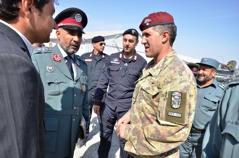 """Herat: Carabinieri donano regali, la """"Foto – Riproduzione"""" agli Afghani!"""