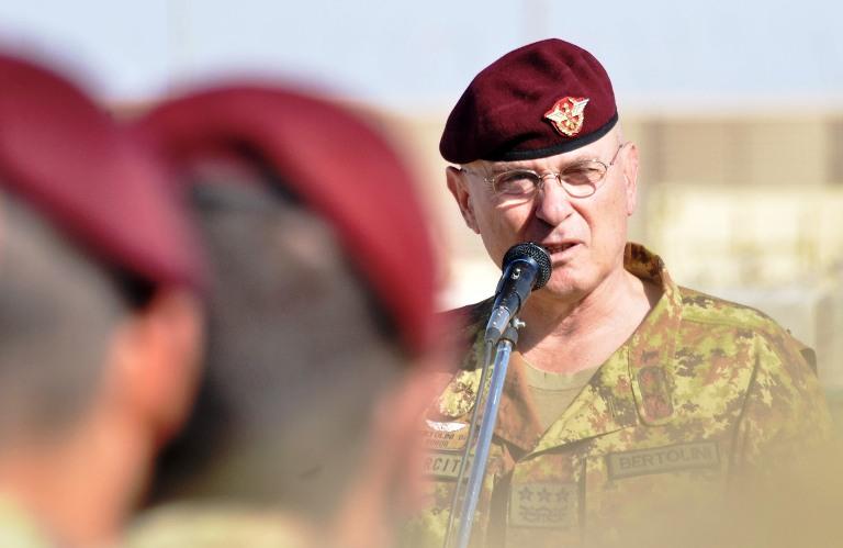 Il generale Bertolini parla ai paracadutisti del reggimento 'Nembo' a Shindand
