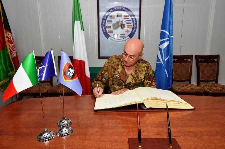 Il generale Marco Bertolini firma il libro d'onore della brigata Aosta