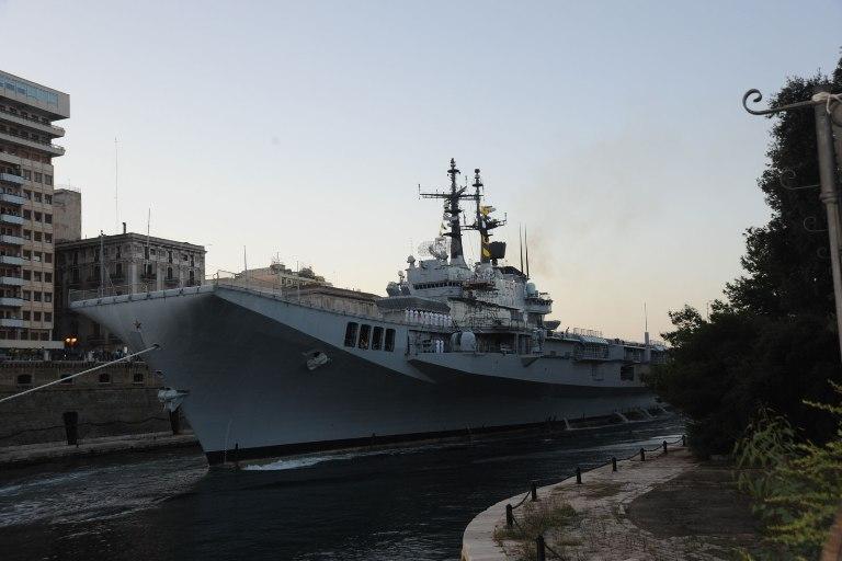 Nave Garibaldi attraversa il canale navigabile di Taranto e inizia i lavori in arsenale