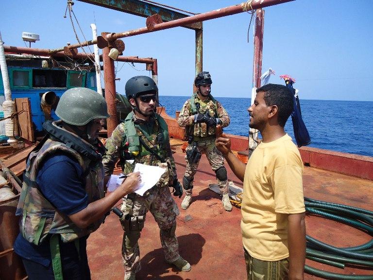 Nave Zeffiro friendly approach nel Golfo di Aden -