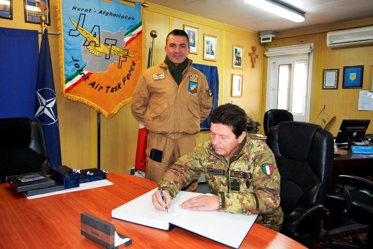 2. Il generale firma il guest book alla presenza del com.JATF col Agresti