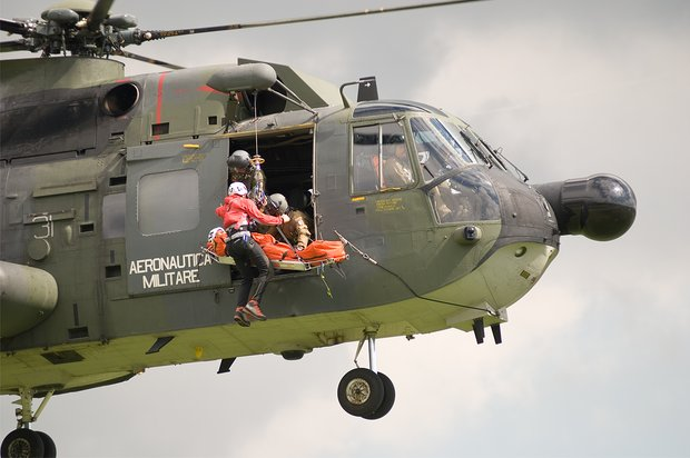 Un HH-3F soccorre un infartuato su una nave cargo