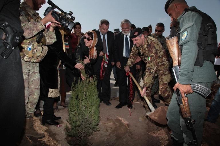 Il Gen. Scopigno mette a dimora a dimora un albero