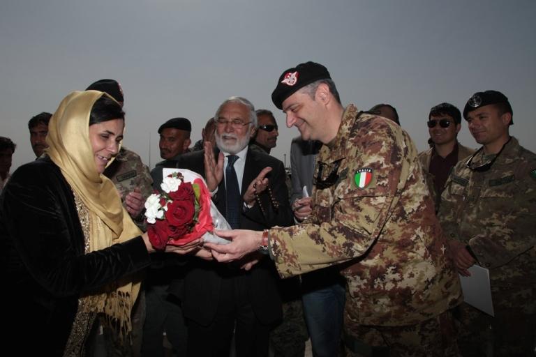 Il Gen. Scopigno porge un mazzo di fiori al capo dipartimento Affari Femminili di Herat