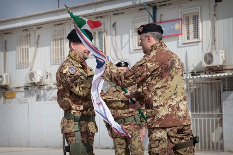 Il tenente colonnello Giovanni Di Giovanni riceve lo stendardo dal comandante del Regional Command West