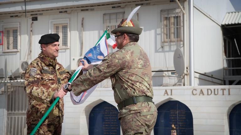 Il tenente colonnello Roberto Baldisserri consegna lo stendardo al comandante del Regional Command West