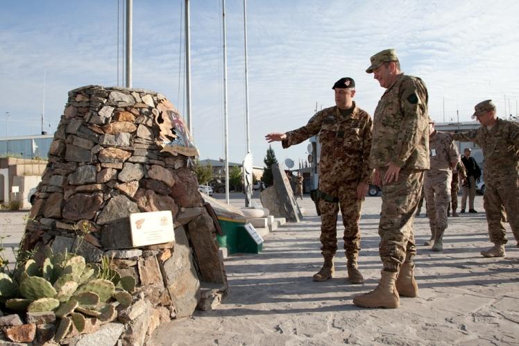 03_Il generale Scopigno illustra il Nuraghe - monumento della Brigata Sassari
