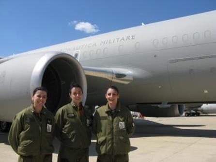 Prima assistente di volo sul velivolo KC767A--