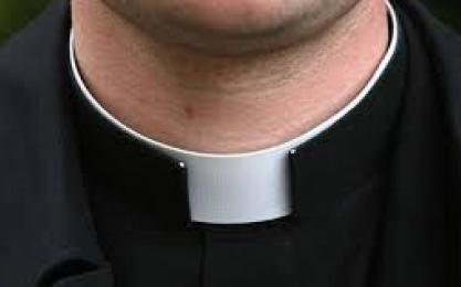 Roma – Chiedeva offerte ai passanti: arrestato un falso prete