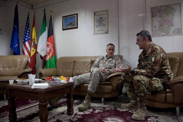 Il comandante di ISAF visita il Regional Command West--