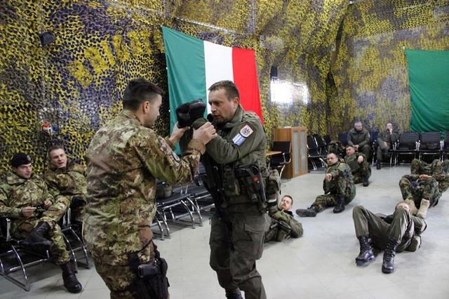 Addestramento al metodo combattimento militare in Kosovo