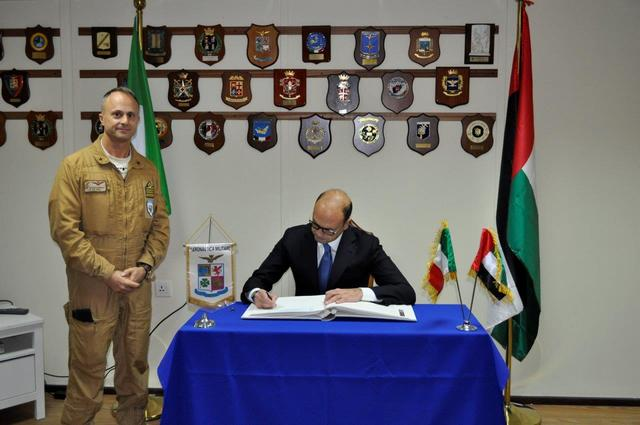 Il Ministro degli Affari Esteri saluta la Task Force Air di Al Minhad