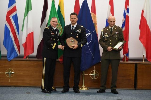 PRESTIGIOSA ONOREFICENZA NATO CONFERITA AD UN UFFICIALE DELL'A.M.
