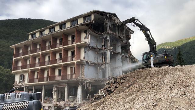 L'ESERCITO TERMINA LA DEMOLIZIONE DEL PARK HOTEL DI VISSO