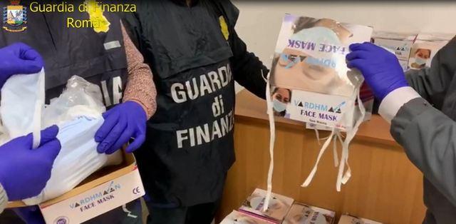 """GUARDIA DI FINANZA. ROMA: SEQUESTRATE OLTRE 23.000 MASCHERINE NON SICURE E PIU' DI 1.200 FLACONI DI IGIENIZZANTE SPACCIATI PER """"BIOCIDI""""."""