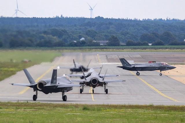 ADDESTRAMENTO CONGIUNTO PER GLI F-35A DELL' AM E GLI F-35B DELLA ROYAL AIR FORCE