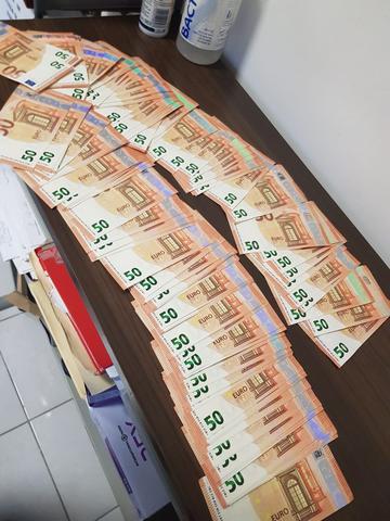 ARRESTATA IN AUTOSTRADA CON 9.000 EURO FALSI