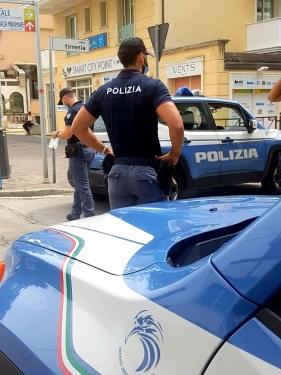 RIMINI – DONNA NUDA IN PIENO CENTRO DENUNCIATA DALLA POLIZIA.