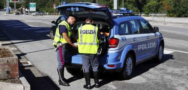 FERMATA AUTO CON CUCCIOLI PER COMMERCIO ILLEGALE