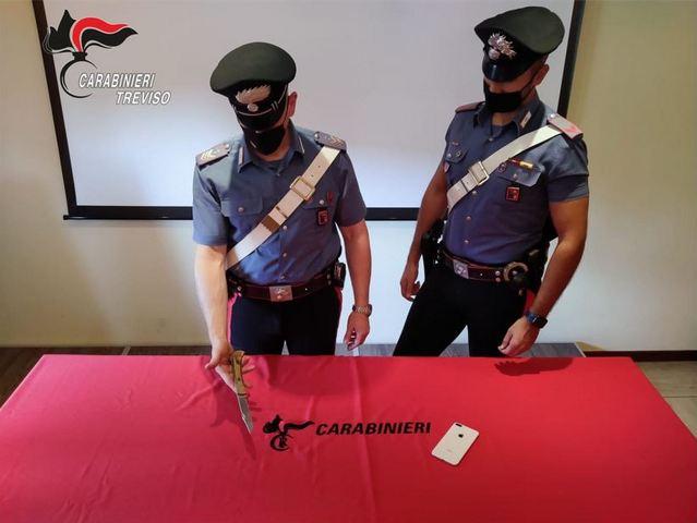 """CARABINIERI: 15ENNE ARMATO DI COLTELLO RAPINA UN COETANEO DEL CELLULARE, POI CONTATTA I GENITORI DELLA VITTIMA PER AVERE LO """"SBLOCCO"""" DELLE FUNZIONI DELL'I-PHONE E LI MINACCIA DI RITORSIONI IN CASO DI DENUNCIA ALLE FORZE DELL'ORDINE: ARRESTATO"""