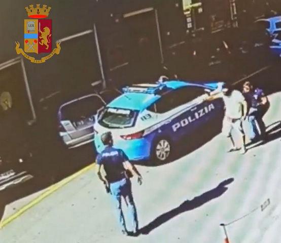GENOVA – TENTA DI AGGREDIRE UN POLIZIOTTO CON UNA PIETRA. DENUNCIATO